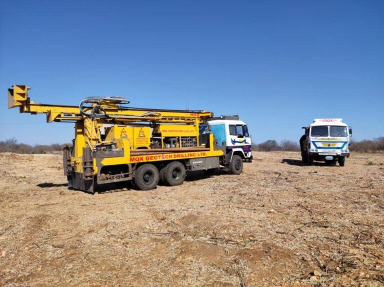 Trivellatrice e camion con generatore