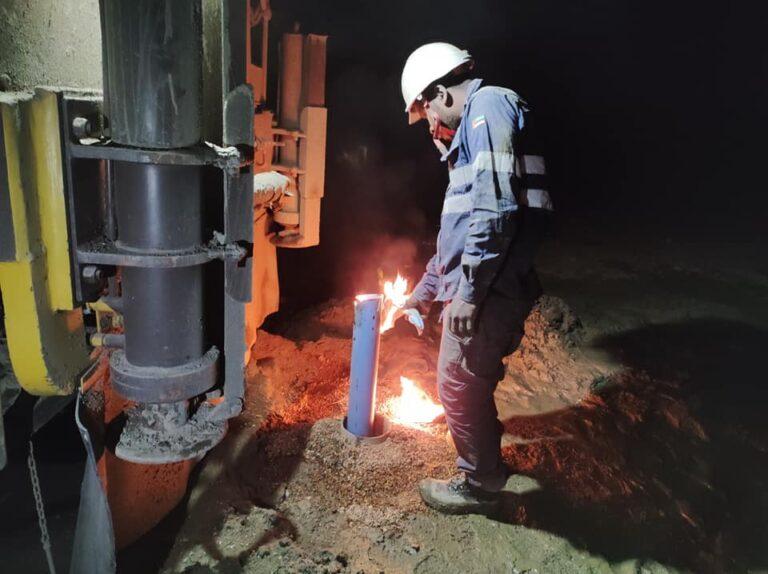 Il tubo viene sigillato con il fuoco, per evitare ingresso di corpi estranei