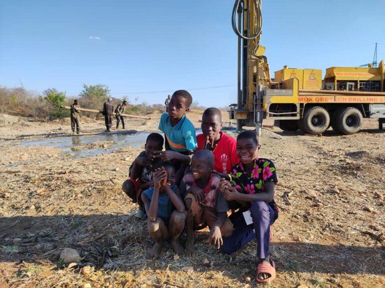 I bambini del villaggio provano l'acqua e sono felici perché è dolce!