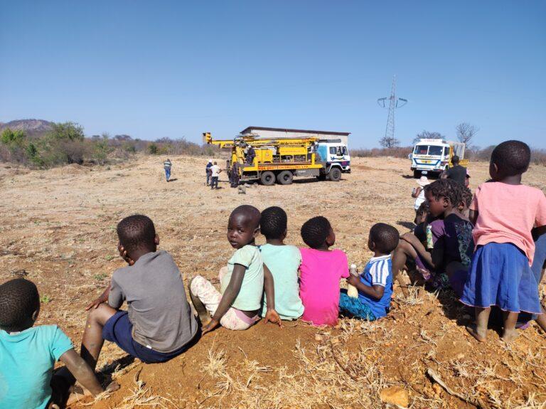 I bambini assistono curiosi e speranzosi